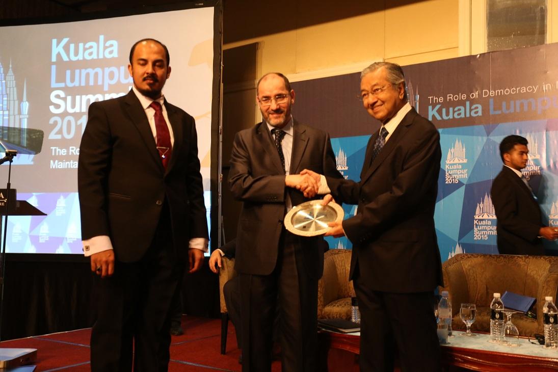 رئيس المنتدى د. محمد مهاتير مع الأمين العام د. عبد الرزاق مقري.